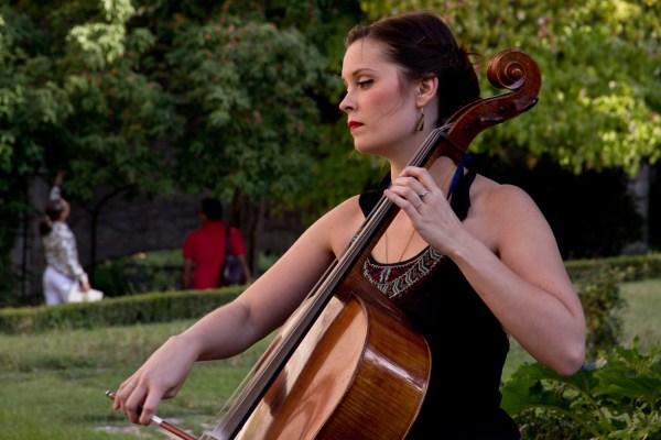 Mathilde suona il violoncello all'Orto medievale di Perugia