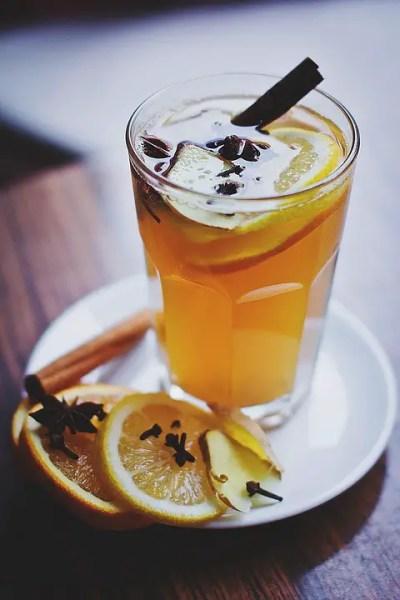 ζεστό κρασί με χυμό λεμονιού και κανέλα
