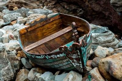boat-abandoned-sea-transportation παλιά βάρκα σκαλιστή