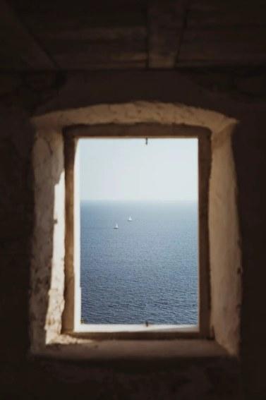 Παράθυρο με θέα στην θάλασσα. Ήλιος. Ελπίδα.