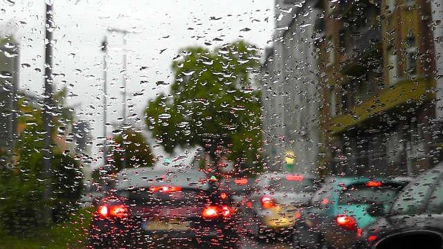 guidare sotto la pioggia consigli