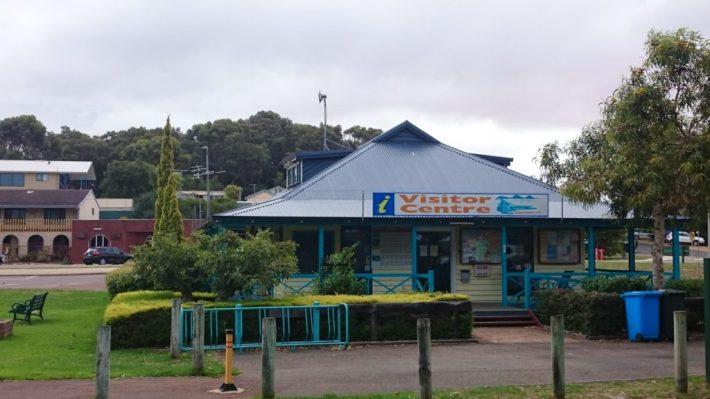 Visitor Centre aivan keskustassa Museum Villagen yhteydessä
