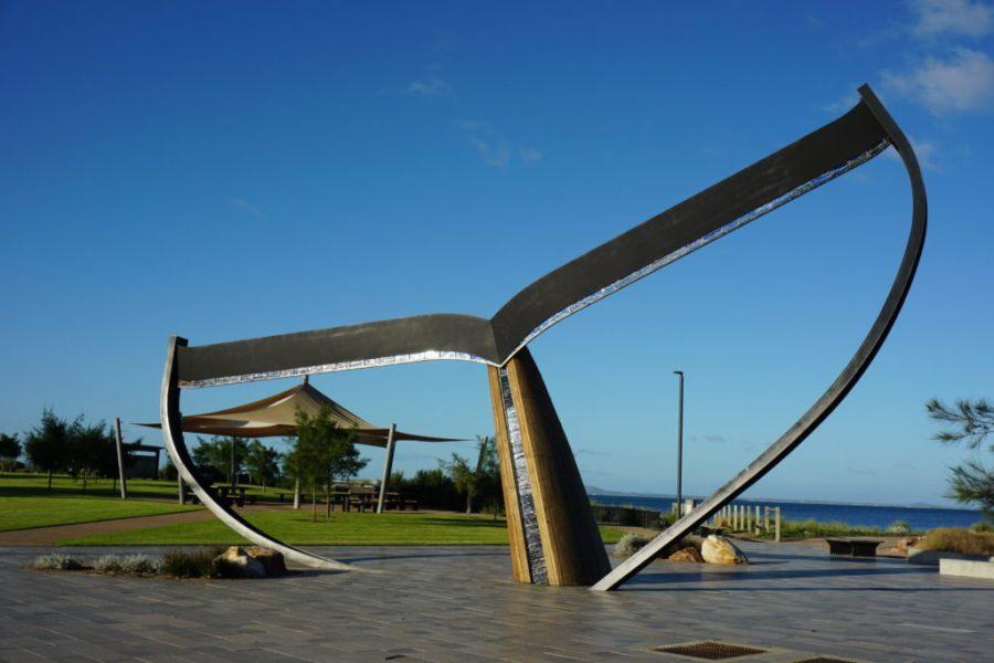 Valaanpyrstö monumentti keskellä rantaesplanadia