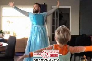 Pai compra vestido e dança com filho, fã de Elsa, de Frozen. Assista! 67