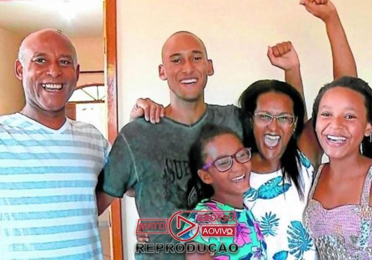 Leonardo Adriano (centro) com a família - Foto: reprodução / TV Gazeta Sul