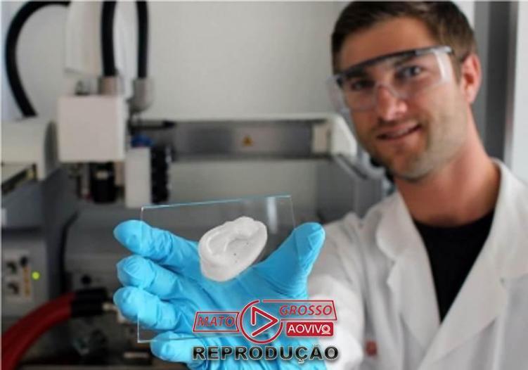 Orelha impressa em 3D: o pesquisador Michael Hausmann está usando nanocelulose como base para novos implantes Foto: Empa
