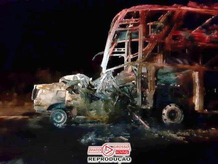 Um acidente impressionante deixou motorista do carro preso as ferragens, vindo a falecer dentro do veículo que se incendiou.