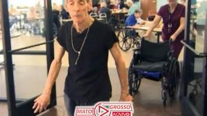 Paciente com parkinson volta a andar, após anos na cadeira de rodas 225