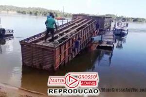 Motorista de caminhão boiadeiro erra na ré e derruba carroceria carregada de cima da balsa no Rio Teles Pires 53