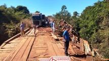 Manobra arriscada em curva faz motorista cair de ponte com caminhão bi-trem carregado de grãos em Marcelândia 144
