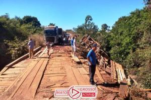 Manobra arriscada em curva faz motorista cair de ponte com caminhão bi-trem carregado de grãos em Marcelândia 83