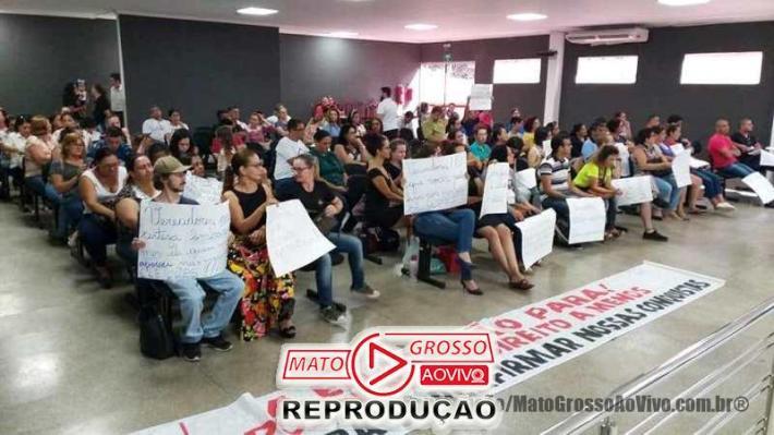 Um bom número de professores marcou presença na Câmara Municipal e pressionaram os vereadores a declarar de que lado estão no impasse com o governo.