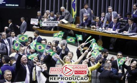 Deputados governistas comemoraram a expressiva votação de 379 a 131.