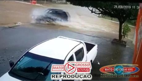 Apesar de estar com os vidros abertos, o motorista não teve tempo de enxergar a placa de sinalização.