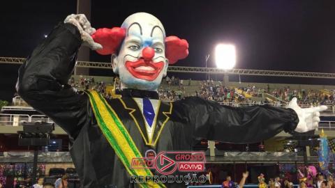 O palhaço gigante de escola de samba do Rio de Janeiro tinha só 9 dedos?-media-4