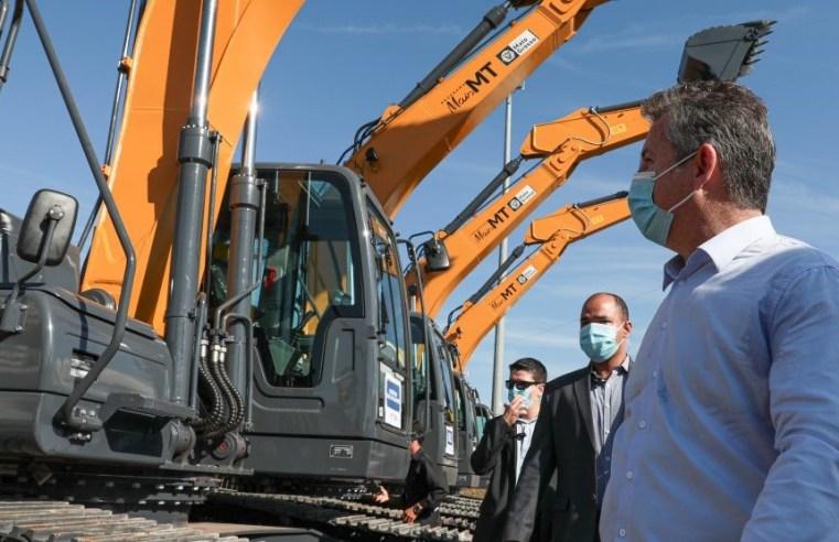 Máquinas entregues pelo governo de MT devem substituir equipamentos antigos e melhorar condições de estradas