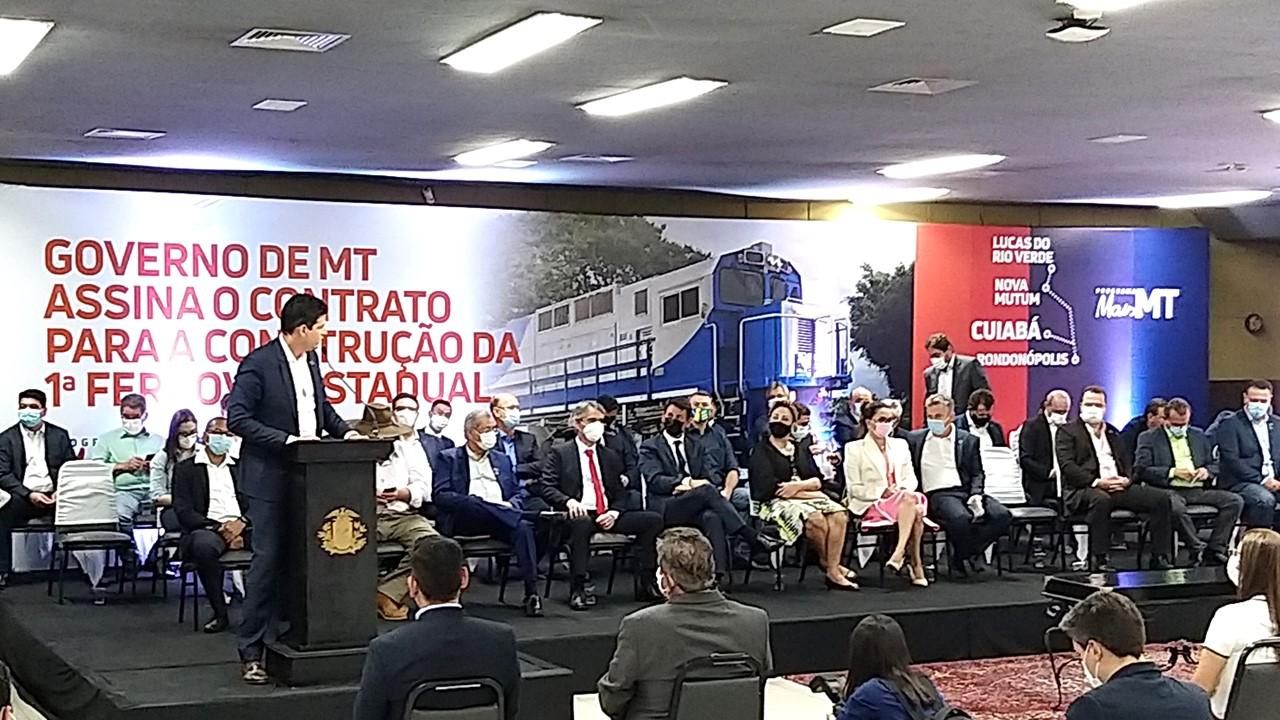 """""""Mato Grosso é referência em segurança jurídica e possibilita investimentos"""", afirma CEO da Rumo S/A durante assinatura de contrato da ferrovia"""