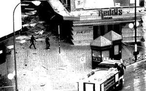 Los bomberos en el lugar, momentos después del atentado