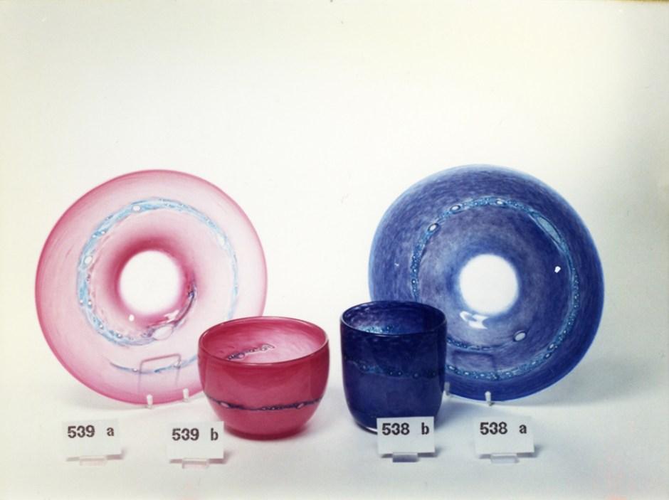 Fra PLUS glasshyttes produktkatalog over Benny Motzfeldts serieproduserte glass.