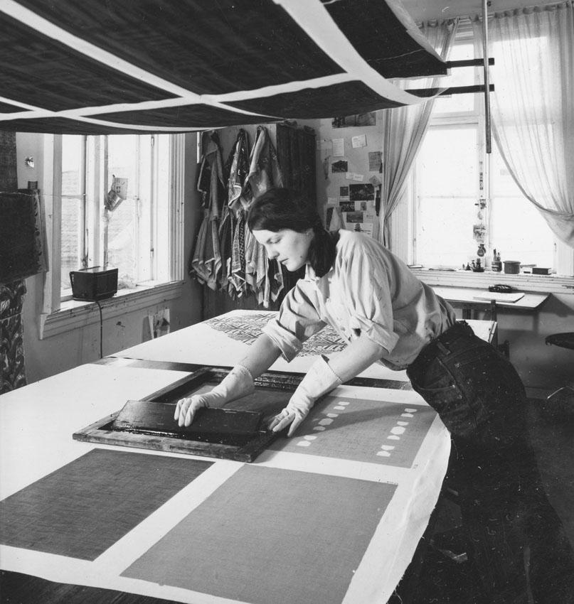 Inger Marie von der Lippe ved trykkeribordet (1966/67).
