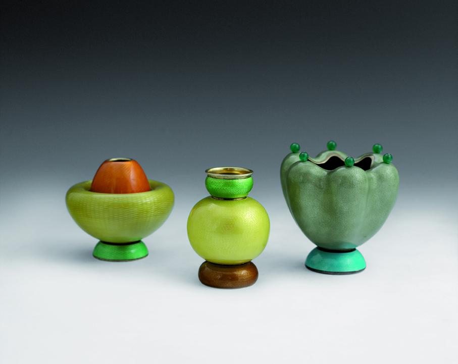Jacob Prytz. Vaser. Forgylt sølv over emalje. Utført av J. Tostrup. Vasene ble vist på verdensutstillingen i Paris i 1937. For vasen til høyre fikk Jacob Prytz Grand Prix på utstillingen. (Foto: Blomqvist Kunsthandel)