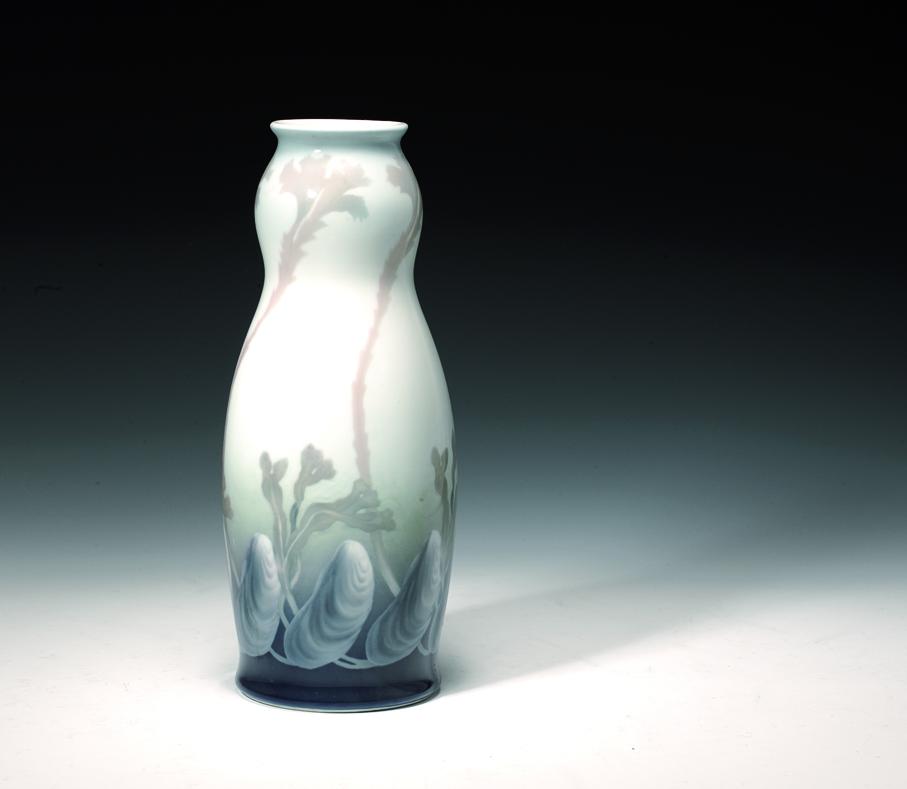 Thorolf Holmboe. Vase. Motiv: Skjell og tang. Utført ved Porsgrunds Porselænsfabrik. Ca. 1908. (Foto: Blomqvist Kunsthandel)