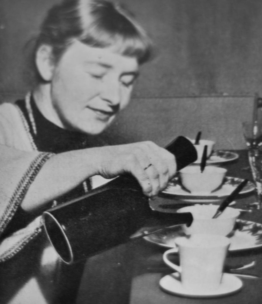 Anne Marie Ødegaard skjenker te fra Ceylon-kannen. Faksimile fra Bonytt 1958.