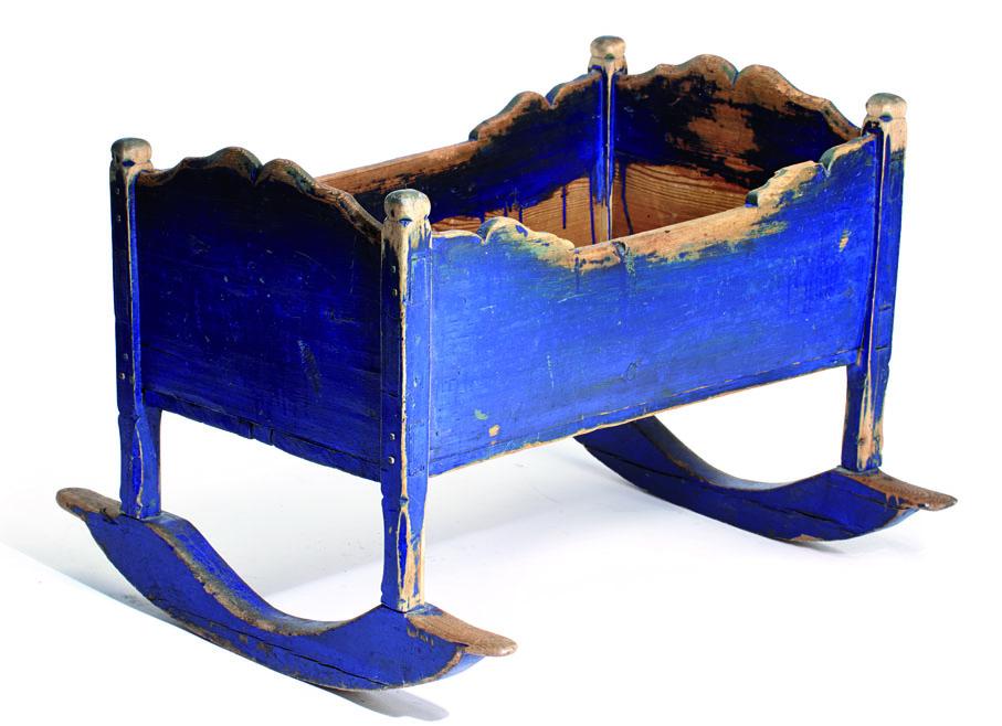 1800-talls vugge med tverrgående meier. (Foto: Blomqvist Nettauksjon)