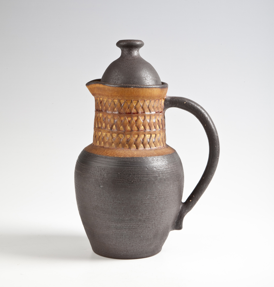 Eva Børresen. Kaffekanne. Leirgods. Stemplet dekor med oker begitning. Midten av 1960-tallet. H. 27. (Foto: Mats Linder)