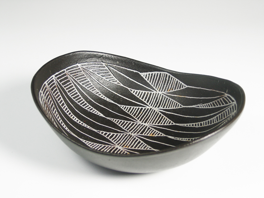 Eva Børresen. Skål. Keramikk. Skravert grafisk dekor. Tidlig 1950-tallet. L. 19. (Foto: Mats Linder)
