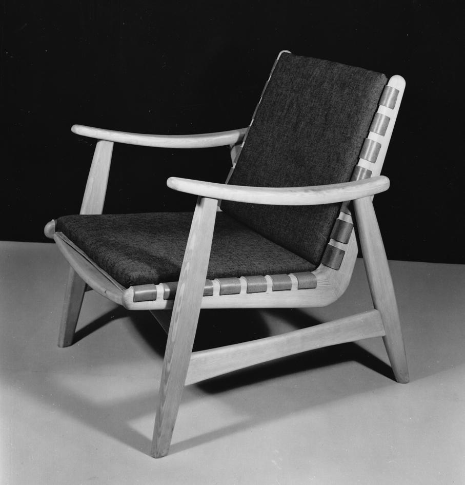Harry Moen. Modell: Peisstol Biri. Produsert av Konrad Steinstads Snekkerverksted. Opprinnelig tegnet Moen en variant av denne lenestolen for Fagerli Snekkerverksted på slutten av 1950-tallet. Ca. 1960.