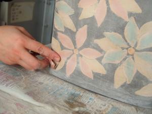 表面の凸凹を紙ヤスリで削ります