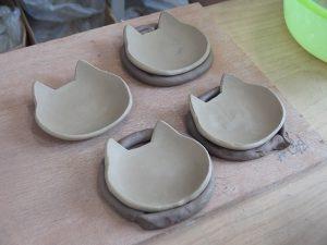 粘土で枕を作って乾燥させます