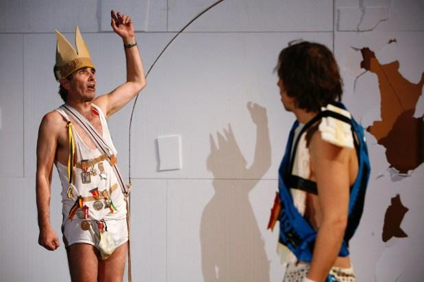 """Ernst C. Sigrist und André Benndorff spielen in der Probe zu """"Yvonne, Prinzessin von Burgund"""" von Witold Gombrowicz am 9. April 2008. Die Premiere zum Stueck findet am 12. April 2008 statt (Annette Boutellier)"""