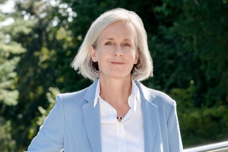 Ursula Münch im Garten der Akademie für Politische Bildung in Tutzing