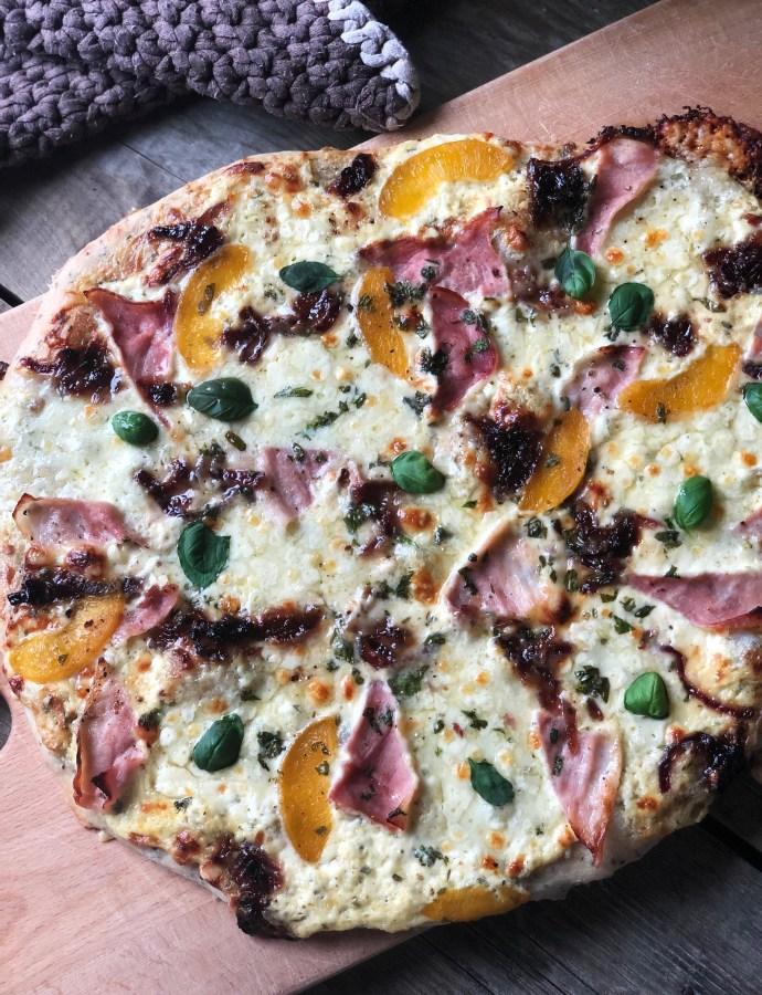 HVIT PIZZA MED RØKT SKINKE OG MOZZARELLA