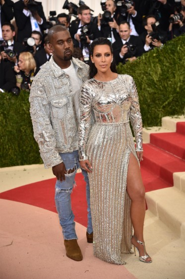 Kim Kardashian veste Balmain e Kanye West veste Fear of God