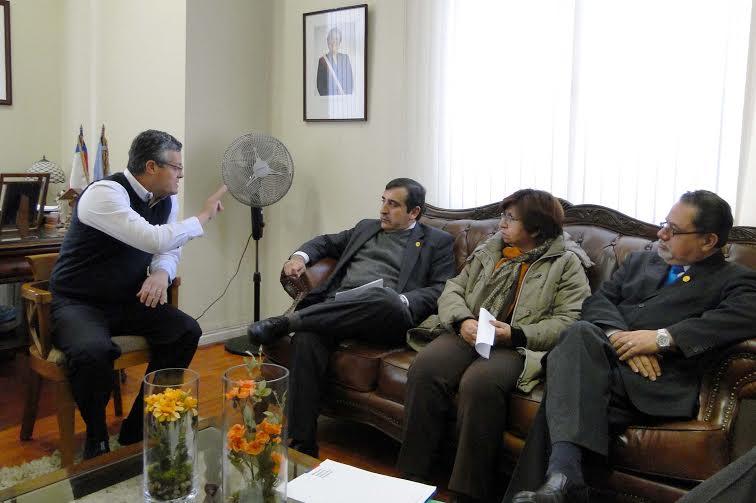 Alcalde de Linares firma millonario convenio para mejorar dos colegios de la comuna
