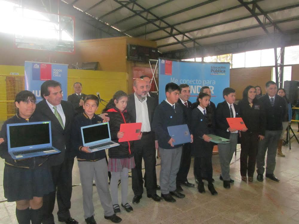 Entregan computadores personales a alumnos de Maule