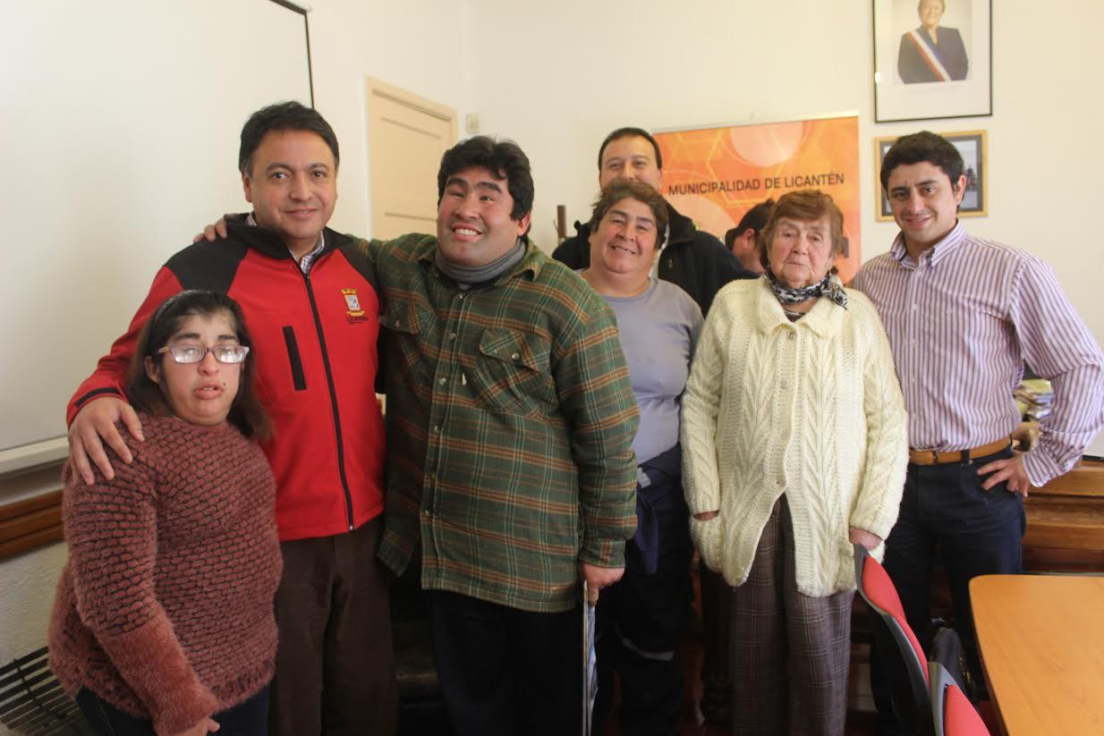 Alcalde de Licantén firmó contrato laboral a egresados del taller de educación diferencial del Liceo Augusto Santelices Valenzuela