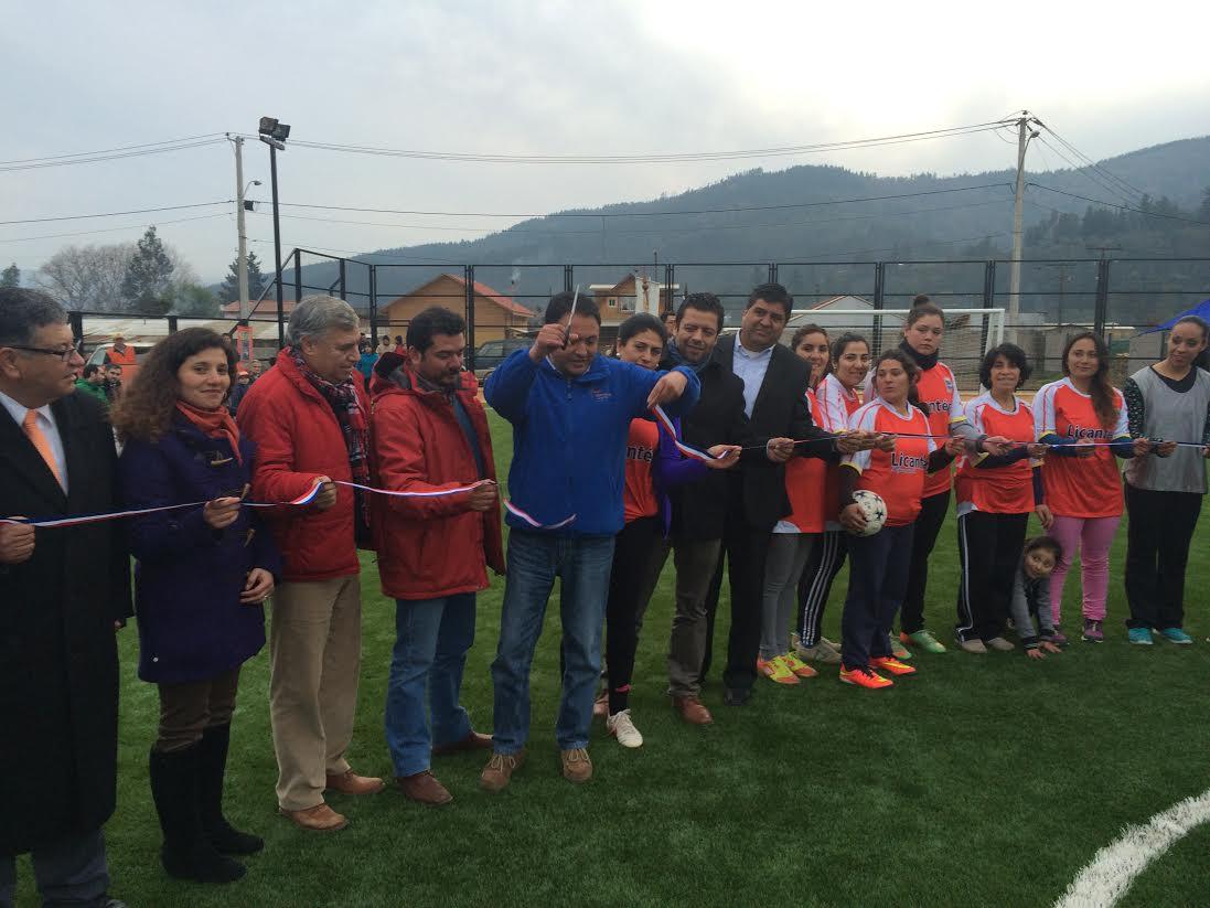 Moderna cancha de pasto sintético fue inaugurada en Licantén