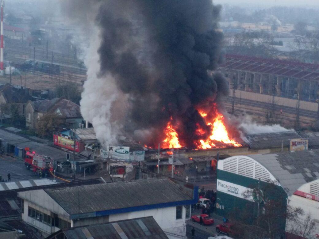 Voraz incendio ha logrado destruir una decena de locales hasta este momento