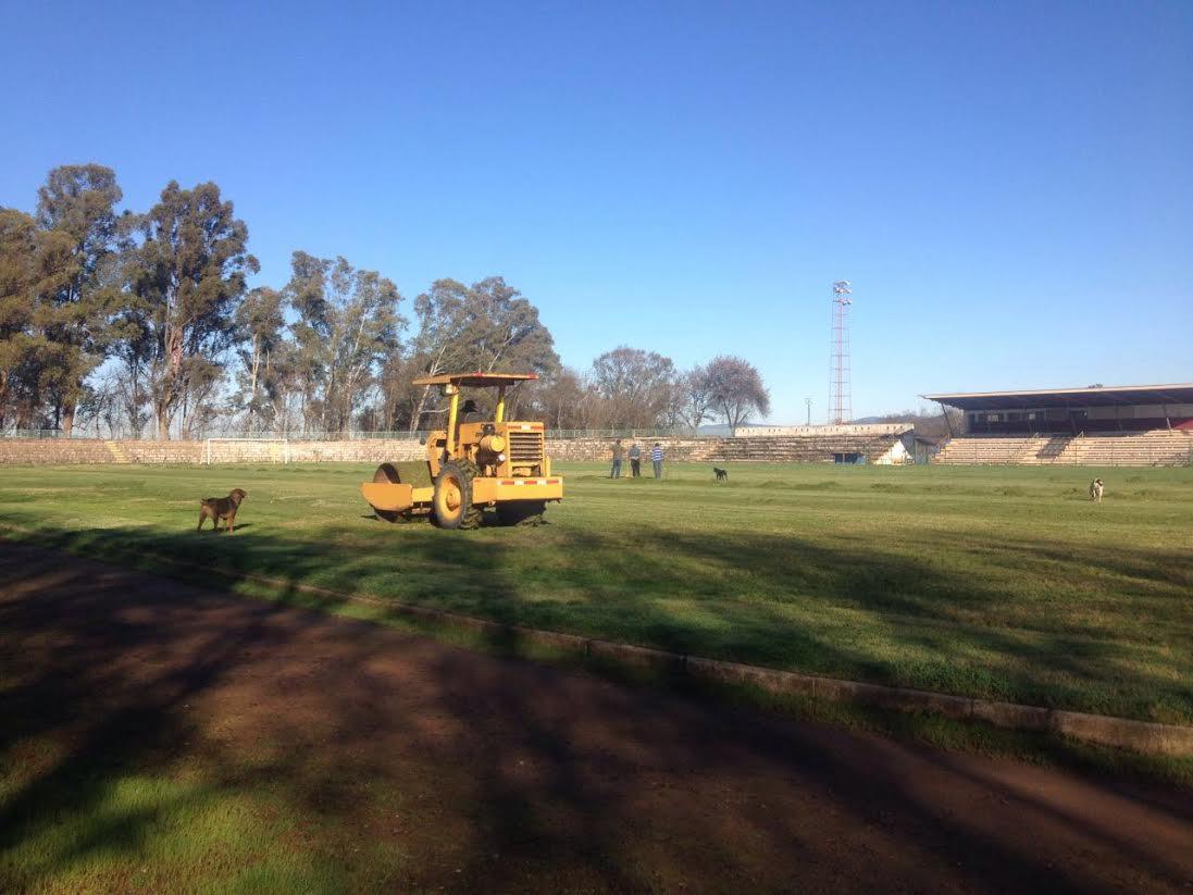 Municipalidad de Cauquenes repara el estadio fiscal a la espera del proyecto definitivo