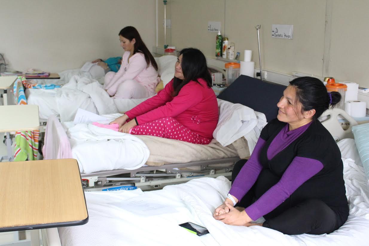 Mamitas practicaron yoga en la maternidad del Hospital de Curicó