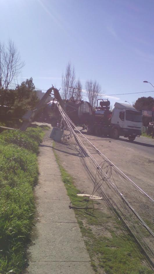 Choque de poste deja sin suministro eléctrico a sectores de la comuna de Maule