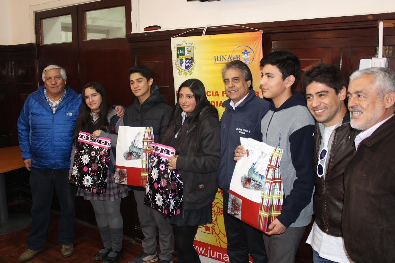 Municipalidad de Cauquenes entregó 73 mochilas a jovenes de programa de residencia familiar