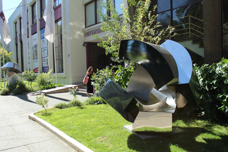 Esculturas de acero en gran formato llegan a Universidad de Talca
