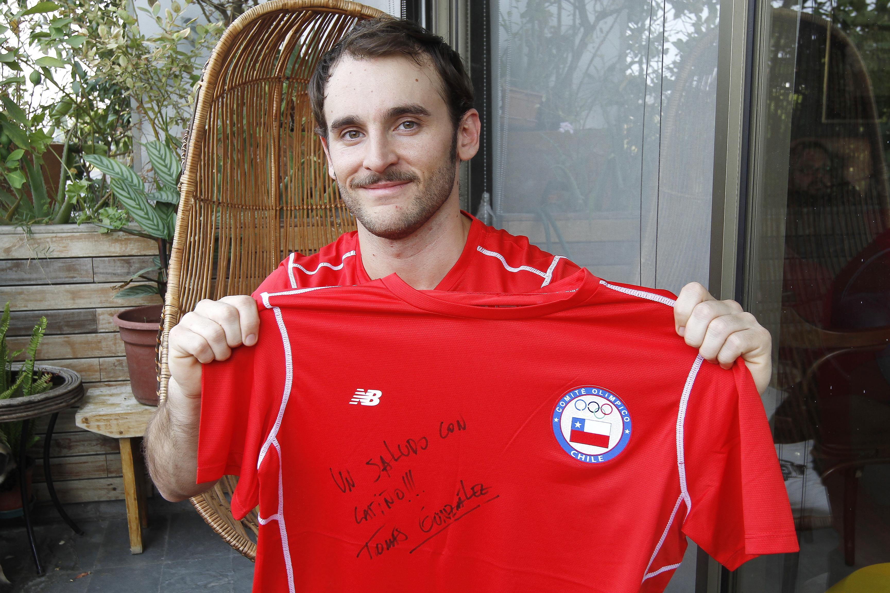 Tomás González subasta su camiseta autografiada del TEAM CHILE para ayudar a damnificados por incendios