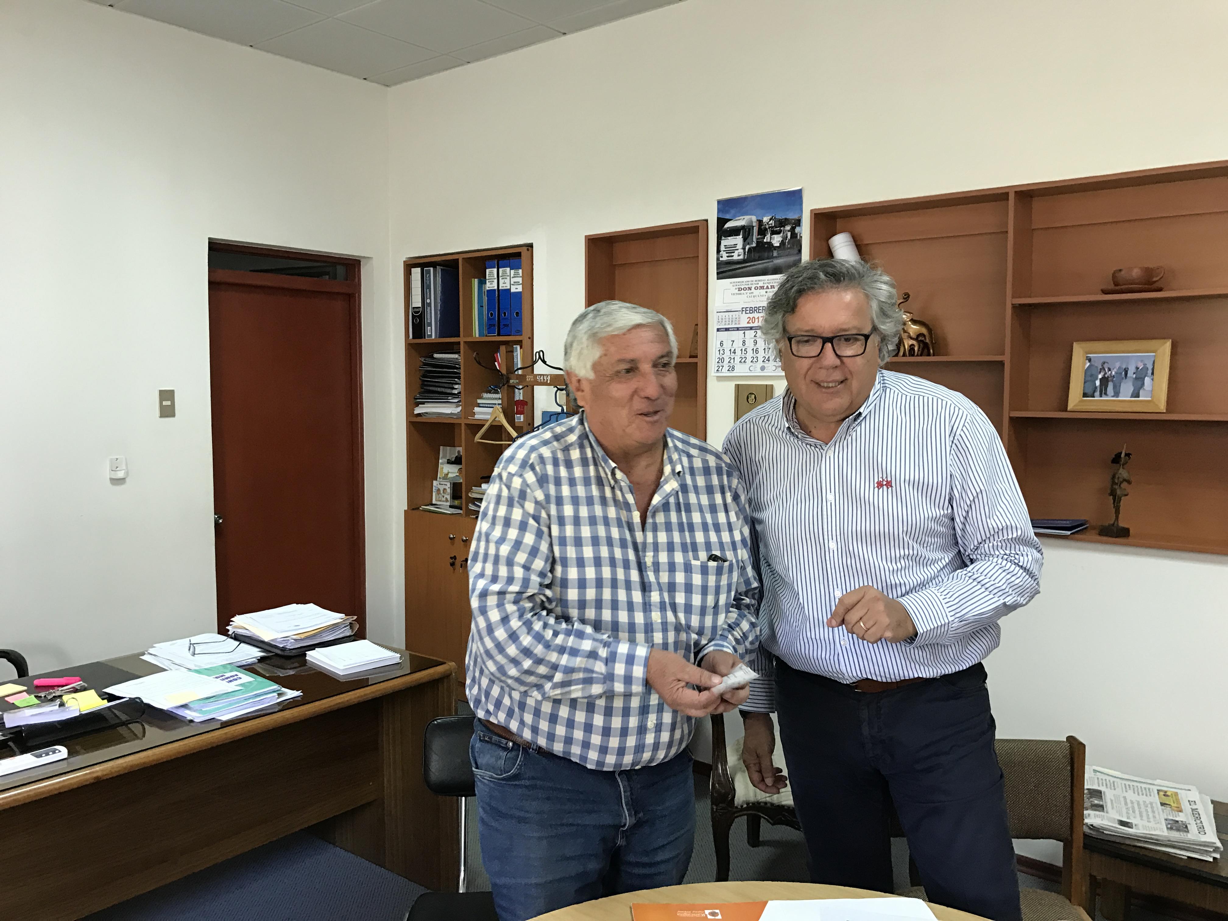 Alcaldes de Linares y Rancagua se reúnen con el de Cauquenes para entrega de ayuda