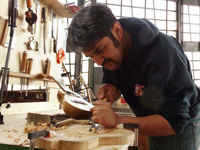 Luthería con madera reciclada, un aporte a la música y al medio ambiente